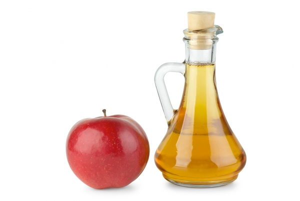 1674827-decanter-with-apple-vinegar-and-red-apple