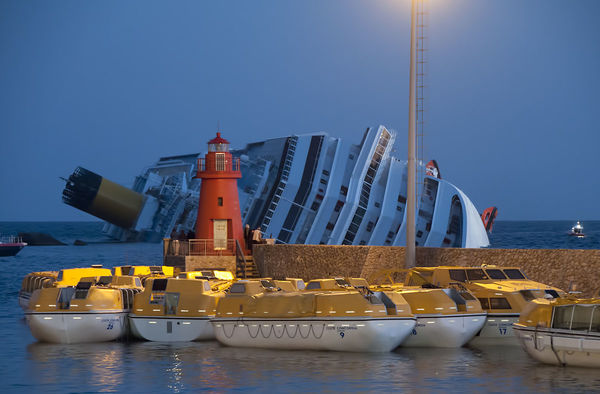 1200px-Collision_of_Costa_Concordia_24