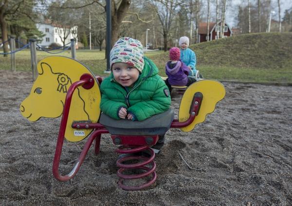 15378220-barn-pa-en-lekplats