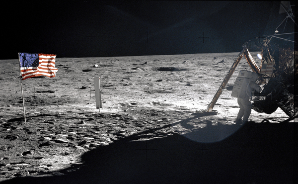Neil_Armstrong_On_The_Moon_-_GPN-2000-001209
