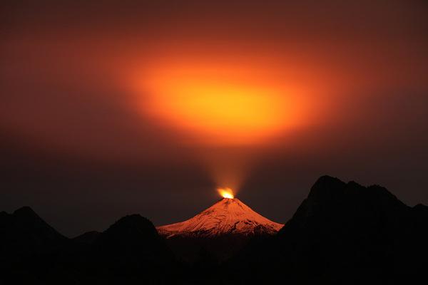 Volcan Villarrica, ubicado a mas de 700 Kilometros al sur de Santiago de Chile, este Volcan desde el 03 de Marzo se encuentra en proceso eruptivo. esta fotografia fue tomada el pasado 11 de Mayo en la ciudad de PucÛn.