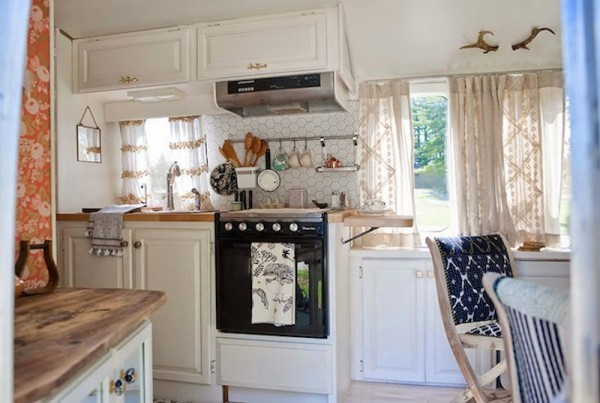 Tiny-kitchen-in-a-vintage-Airstream-travel-trailer1-600x403