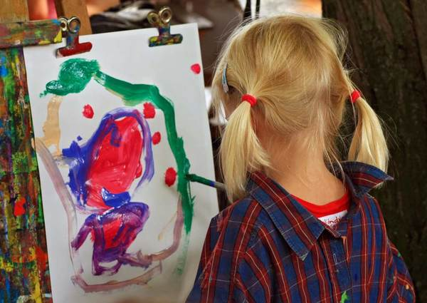 346639-young-artist-painting