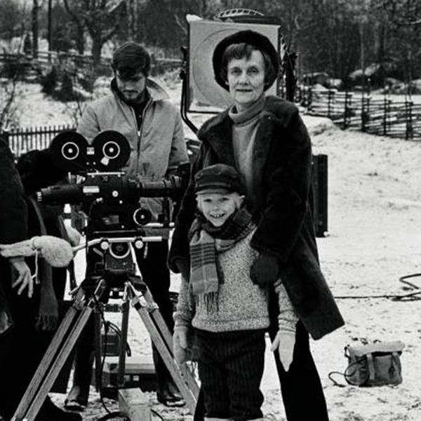 Här är Astrid Lindgren tillsammans med Jan Ohlsson under inspelningarna av Emil i Lönneberga.