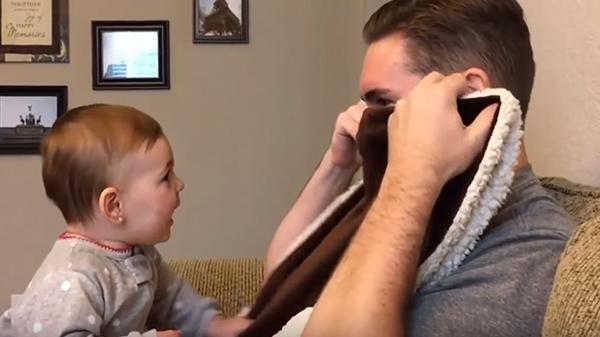 Skypar med pappa se hennes gulliga reaktion har