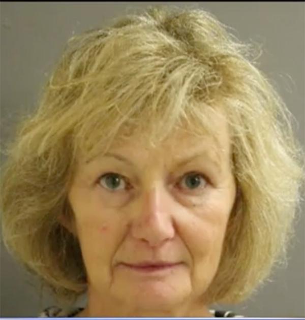 Mamma Elaine vid gripandet 31 år senare.