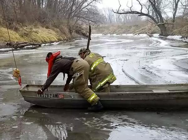 Brandmän i båt